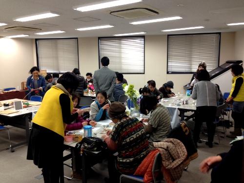川島織物のハギレを再利用して、世界に一つだけのコサージュ作り!中にはプレゼント用に作っておられた方も・・・