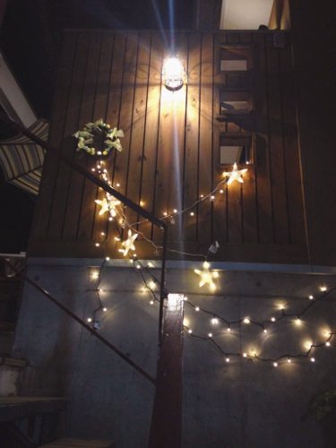 玄関ポーチをLED照明にされたいというご要望で付け替えた照明器具です。鳥かごのようなランプシェードにLED球が入っております。木壁によく似合っていました。明暗センサーを向かって右側に取り付けたので、日が暮れてから点灯するようになっています。