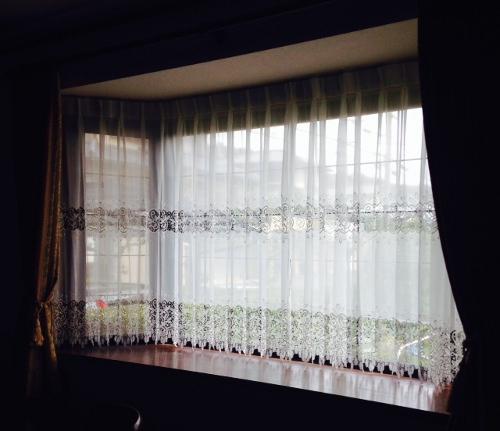 出窓に吊られたレースカーテン。透け感がとても素敵です。 E3196/アスワン