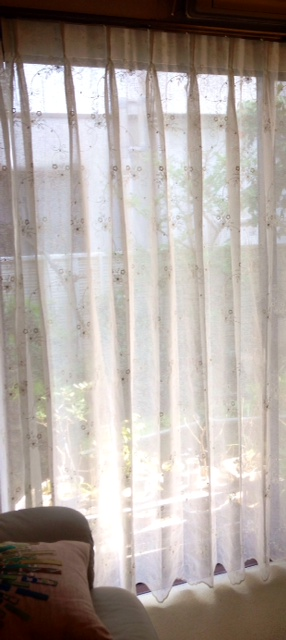 応接間に吊られたレースカーテン。全体に施された可憐な花柄がかわいらしく、裾に至るまでたっぷり刺繍がされていますが、派手すぎず良い雰囲気です。 FT5303/川島織物セルコン