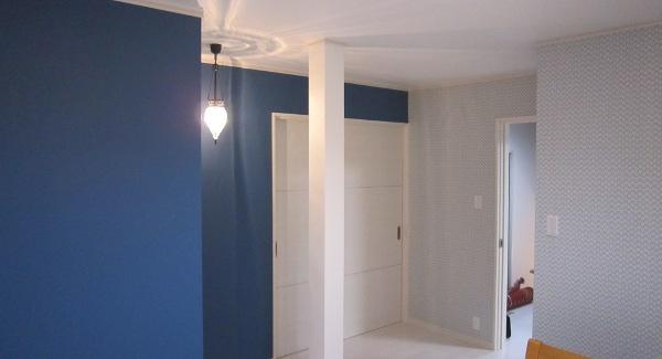 白を基調とした中に、アクセントクロスとアンティーク照明がお部屋の雰囲気を引き締めています。