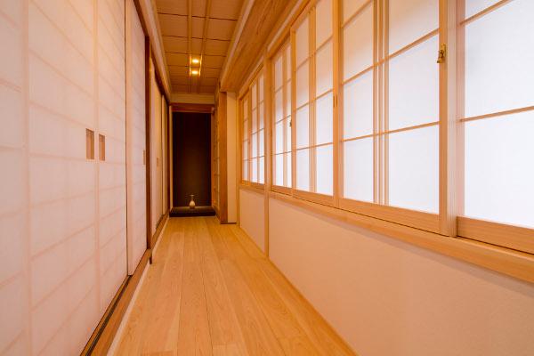 新設した母屋と離れをつなぐ渡り廊下。外部にあったトイレを室内に取り組むことができ、日常生活がより快適にお過ごし頂けるようになりました。