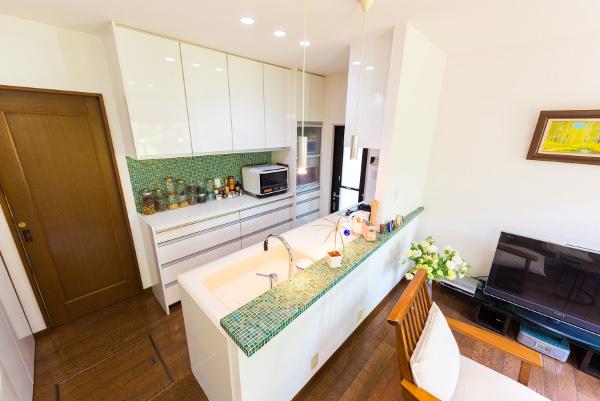 キッチンを明るく開放的にしたことで、気持ちも明るくなり、家族の会話が弾み、お客様も増えて本当の意味での明るいキッチンが実現しました。