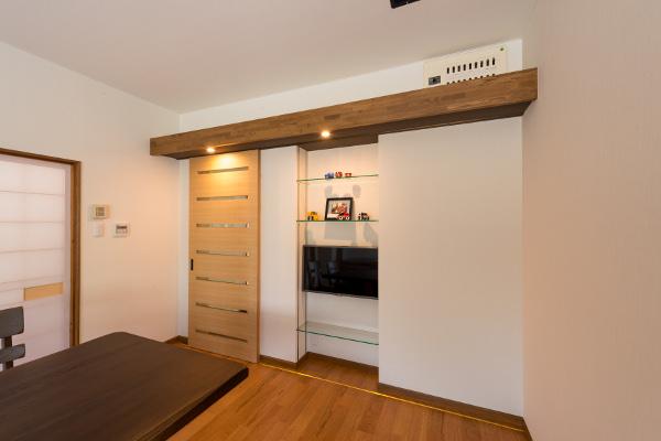 リビングドアを引き戸に替え、レールを部屋の両端いっぱいに敷設することで、扉の開閉位置を調整できるようになり、湿気や人の出入り、空間の有効利用などの問題が一度に解決しました。