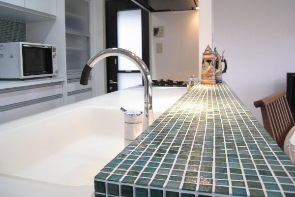 ガラスのモザイクタイルで造作されたキッチンカウンター。