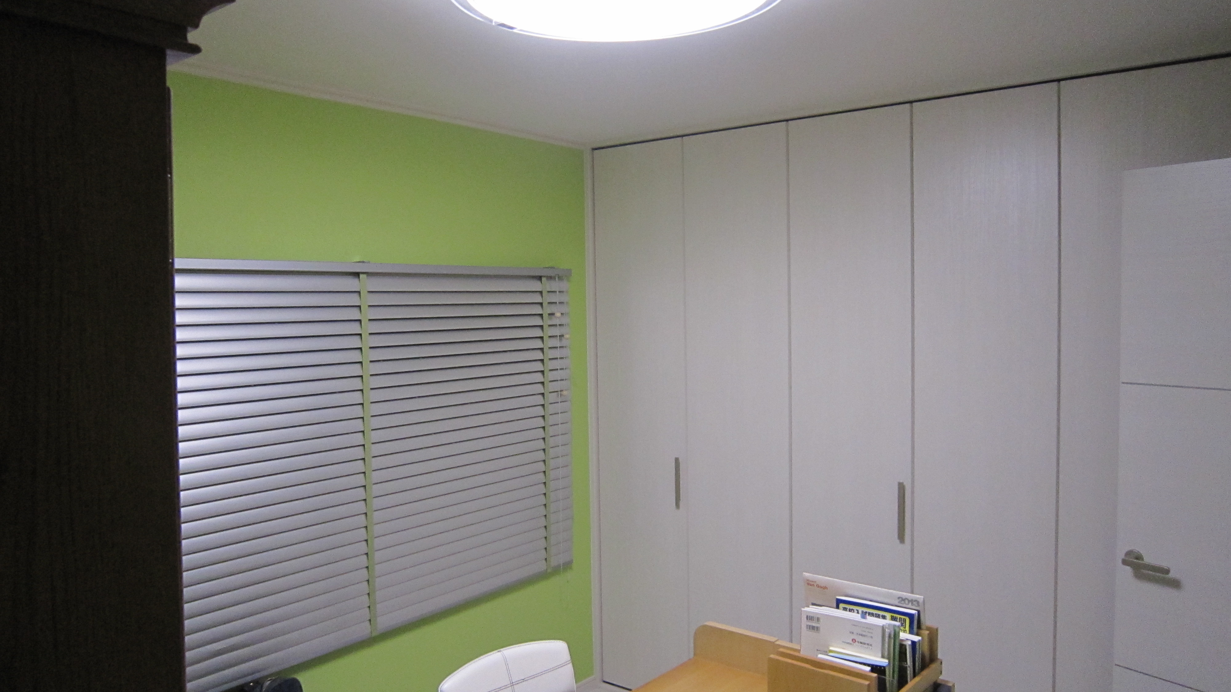 色鮮やかなアクセントクロスが、スマートなお部屋を演出しています。