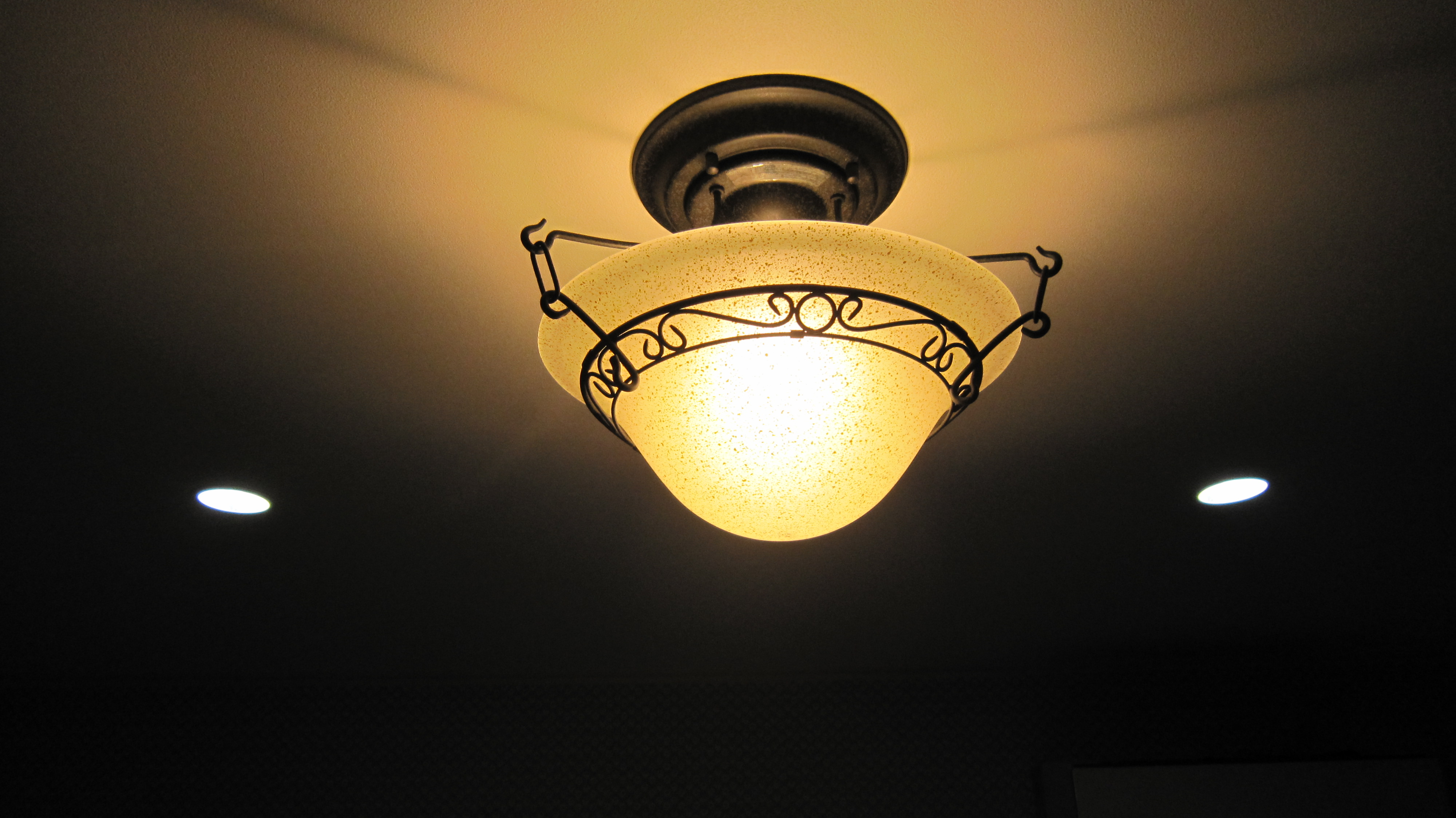アンティークな照明が、心を癒す空間を演出しています。