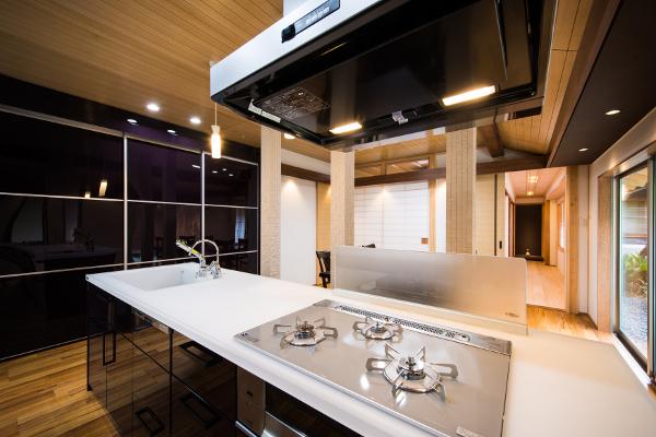キッチンの横にはコンフォートユニットを設置。大容量の収納が可能に。スタイリッシュなキッチンを演出しています。