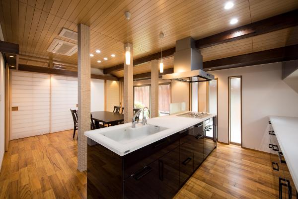 構造上取り外せない柱を中心に、キッチンを配置。由緒正しい日本家屋の中に、モダンなLDKが実現しました。